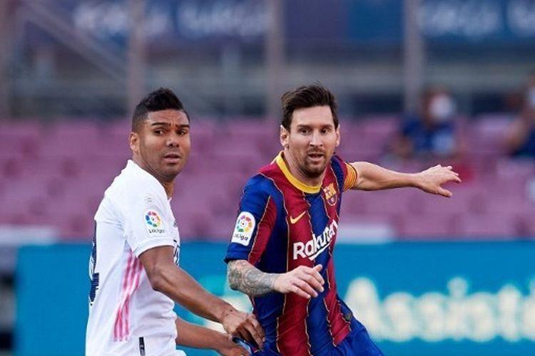 Casemiro dan Lionel Messi berduel dalam partai El Clasico antara Barcelona vs Real Madrid di Camp Nou, Sabtu (25/10/2020). Duel El Clasico jilid II musim ini akan digelar pada Minggu (11/4/2021) dini hari WIB.