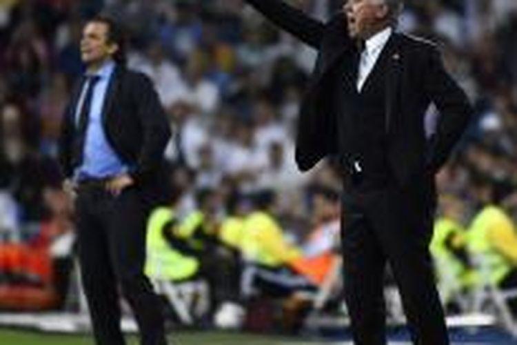 Salah satu ekspresi pelatih Real Madrid, Carlo Ancelotti (kanan), pada pertandingan Primera Division melawan Valencia, di Santiago Bernabeu, Minggu (4/5/2014).