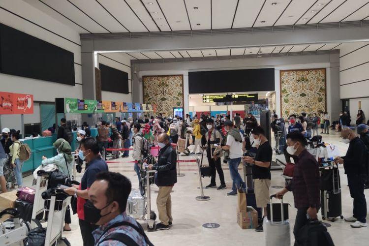 Bandara Soekarno Hatta di Tangerang, Banten, dipadati calon penumpang pada Rabu (5/5/2021). Para calon penumpang memanfaatkan hari ini untuk mudik ke kampung halaman karena mulai Kamis besok, larangan mudik sudah mulai berlaku.