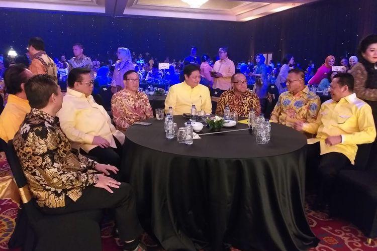 Ketua Umum Partai Golkar Airlangga Hartarto (ketiga dari kanan) sedang menghadiri  Malam Penghargaan Partai Golkar yang digelar di Ballroom Hotel Ritz Carlton Mega Kuningan, Minggu (15/9/2018) malam.