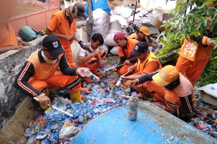 Petugas PPSU Pulau Tidung membuat ecobrick dari sampah-sampah plastik