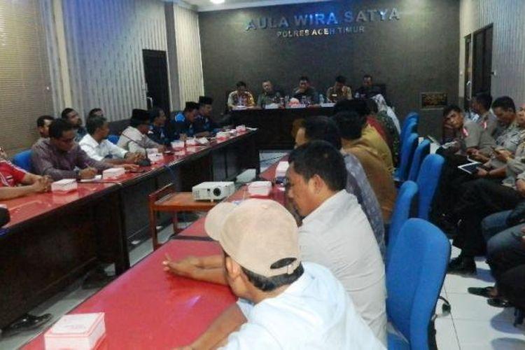 Rapat Muspida Plus Aceh Timur dengan penyelenggara Pilkada dan tim sukses di Aula Mapolres Aceh Timur, Selasa (24/1/2017)
