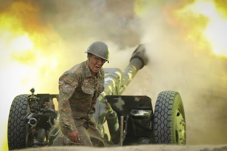 Seorang prajurit Armenia menembakkan meriam ke arah posisi Azerbaijan di wilayah separatis Republik Nagorny-Karabakh yang memproklamirkan diri, Azerbaijan, Selasa, 29 September 2020.