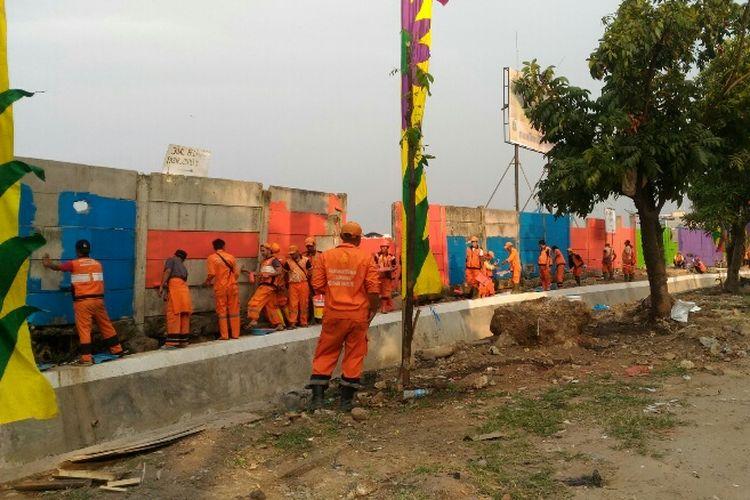 PPSU dari 7 kelurahan di Tanjung Priok mengecat dinding Taman BMW, Jumat (4/8/2017).