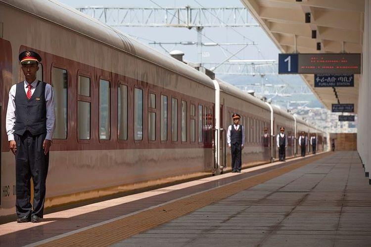 Petugas kereta di Addis Ababa, Ethiopia, sedang menjalankan tugasnya.