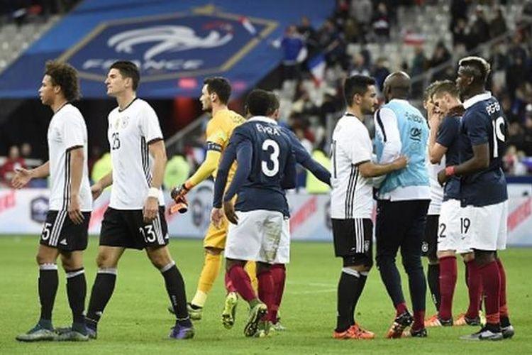 Para pemain Perancis dan Jerman seusai laga yang dimenangi tuan rumah dengan skor 2-0, Jumat (13/11/2015).