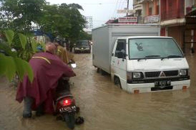 banjir satu jam saat pagi di Samarinda, mampu melumpuhkan kota sampai tengah malam.