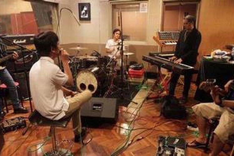 Para personel band d'Masiv berlatih di Musica Studios, Jakarta, Senin (18/2/2013), untuk tampil dalam Java Jazz Festival 2013 di Jakarta. Mereka mendapat jadwal manggung pada hari kedua festival itu, Sabtu (2/3/2013).
