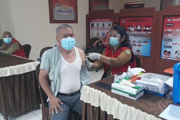 Hari pertama puasa Ramadan, vaksinasi covid-19 terus berlanjut dan berlangsung normal di kantor Komisi Pemilihan Umum (KPU) Kota Palopo, salah seorang komisioner KPU Palopo Iswandi Ismail menjalani vaksinasi covid-19, Selasa (13/04/2021)