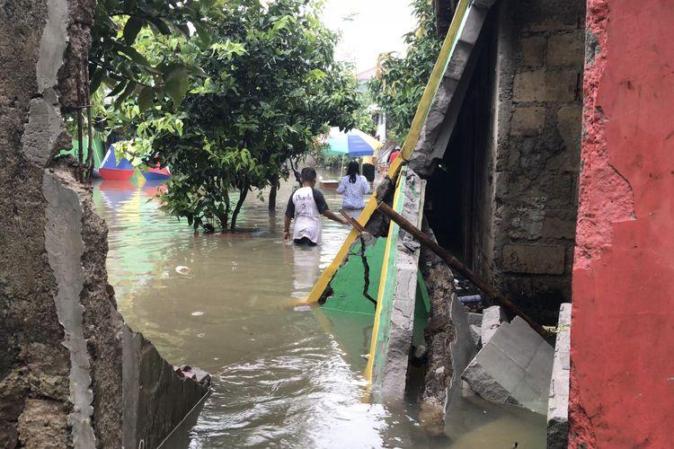 Tembok Madrasah Islam Negeri (MIN) 6, Jagakarsa, Jakarta Selatan roboh akibat luapan PHB Kali Lenggong pada Sabtu (20/2/2021) dini hari.