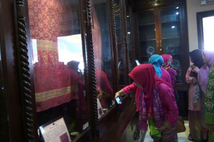 Penganjung melihat pajangan kain tenun cual di Museum Cual Ishadi Pangkal Pinang, Kepulauan Bangka Belitung.
