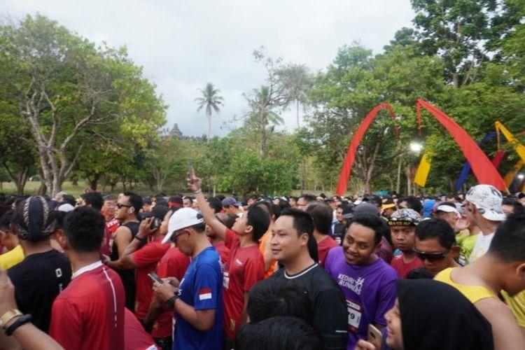 Pelari kategori 21 kilometer bersiap di depan garis start, Minggu (17/11/2019). Para pelari membekali dirinya dengan latihan intensif selama beberapa minggu hingga beberapa bulan sebelum Borobudur Marathon.