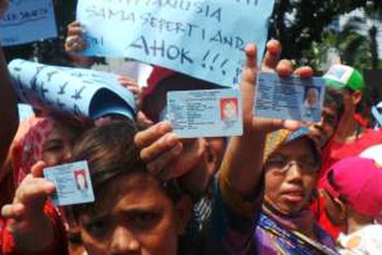 Warga kolong Tol Wiyoto Wiyono melakukan unjuk rasa untuk memprotes rencana Pemerintah Provinsi DKI yang ingin menertibkan lingkungan mereka. Mereka menunjukan KTP DKI untuk membuktikan bahwa mereka juga rakyat Jakarta.