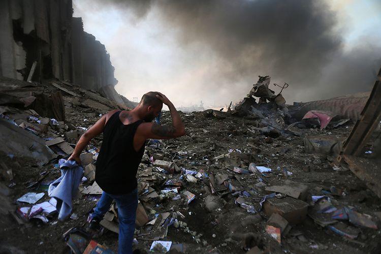 Suasana sesaat setelah terjadinya ledakan di kawasan pelabuhan di Beirut, Ibu Kota Lebanon, Selasa (4/8/2020). Sebanyak 73 orang tewas dan ribuan lainnya dilaporkan terluka dari insiden dua ledakan besar yang mengguncang Beirut tersebut.