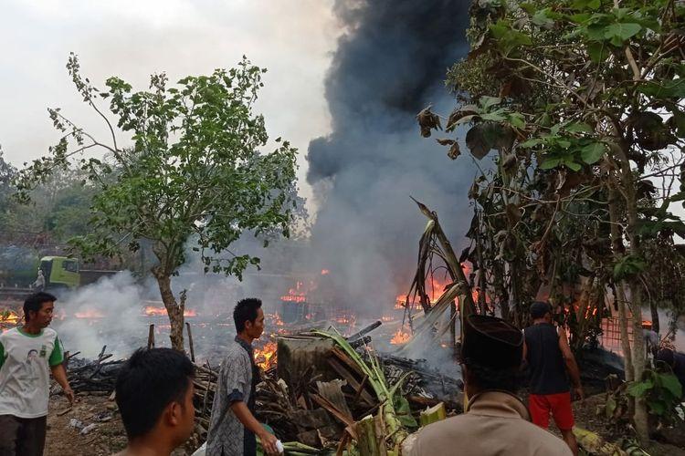 Sejumlah warga berusaha membantu memadamkan kobaran api yang membakar gudang penimbunan BBM solar dan dua rumah warga Desa Leran, Kecamatan Senori, Kabupaten Tuban, Jawa Timur. Minggu (18/10/2020).