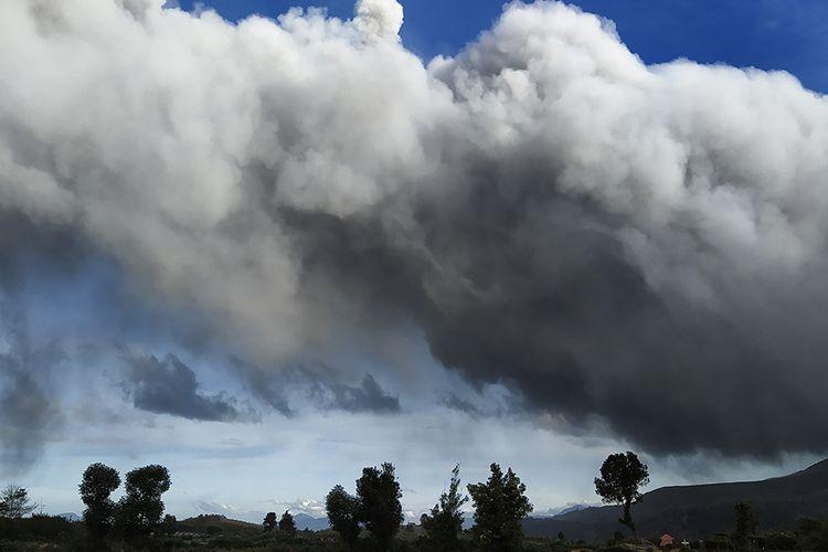Gunung Sinabung menyemburkan material vulkanik saat erupsi di Karo, Sumatera Utara, Sabtu (8/8/2020). Gunung Sinabung erupsi dengan tinggi kolom 2.000 meter, empat kecamatan terkena dampak hujan abu.