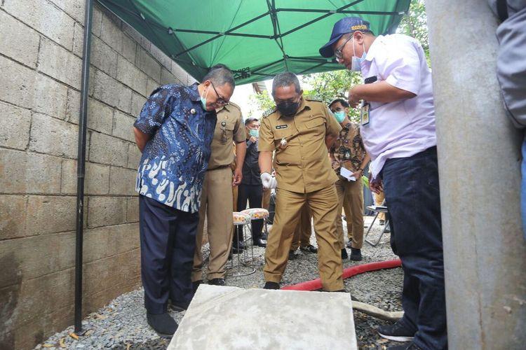 Wali Kota Bandung Oded M Danial bersa Wakil Wali Kota Bandung Yana Mulyana tengah meninjau uji coba sumur resapan dalam yang diklaim mampu mengatasi genangan air ketika hujan turun.