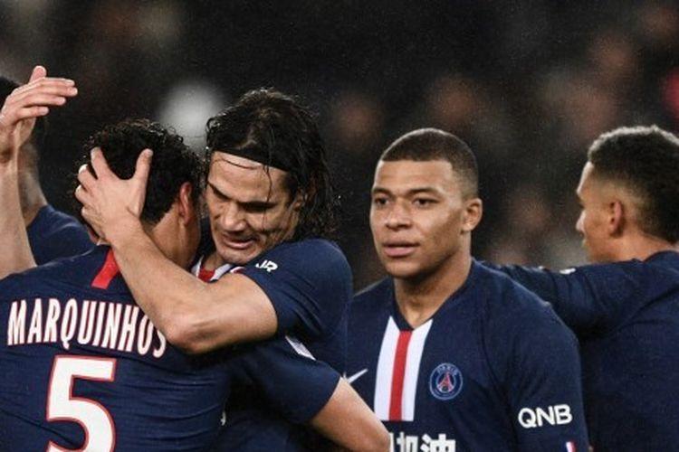 Edinson Cavani merayakan gol bersama Marquinhos pada laga Paris Saint-Germain vs Bordeaux yang digelar di Stadion Parc des Princes, Senin (24/2/2020) dini hari WIB.