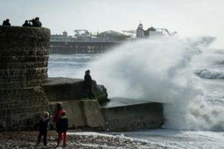 Ombak besar menghantam penghalang gelombang laut di Brighton, Inggris, Minggu (27/10/2013). Inggris terancam kekacauan setelah badai terbesar dalam beberapa tahun terakhir menghantam negeri tersebut.