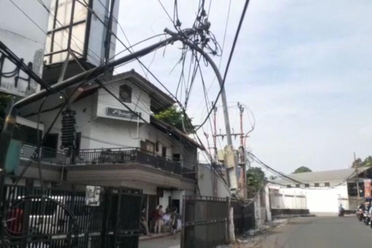 Tiang penerangan jalan umum (PJU) yang patah di Jalan Cirendeu Raya, Ciputat, Tangerang Selatan, belum diperbaiki, Rabu (15/9/2021).