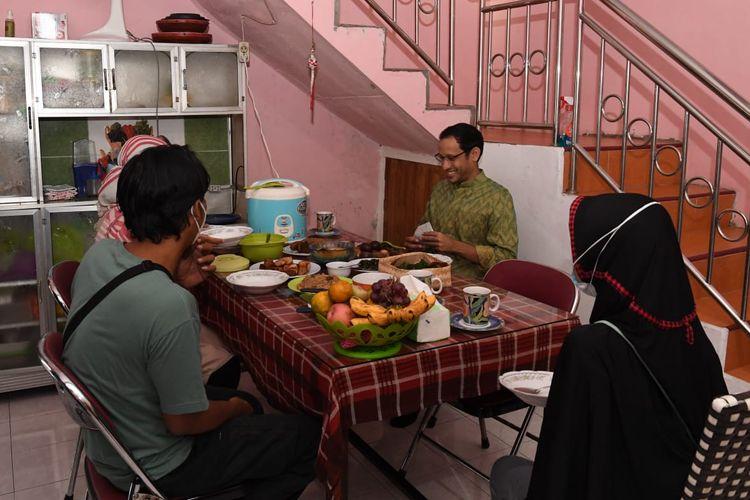 Mendikbud Ristek Nadiem Makarim saat bermalam di rumah Ibu Guru Nuri (14/9/2021) usai meninjau pelaksanaan PTM terbatas di beberapa sekolah Surakarta, Jawa Tengah.