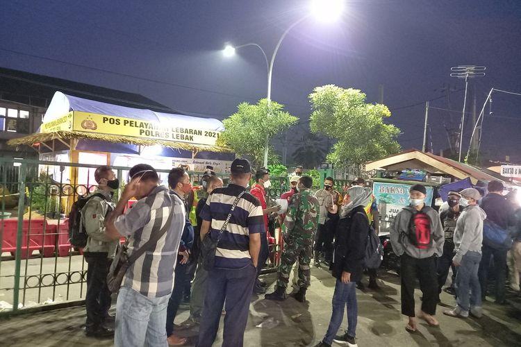 Puluhan calon penumpang terus berdatangan ke Stasiun Rangkasbitung Kamis (6/5/2021), mereka tidak tahu jika KRL Commuterline tidak beroperasi mulai hari ini di Stasiun Rangkasbitung.