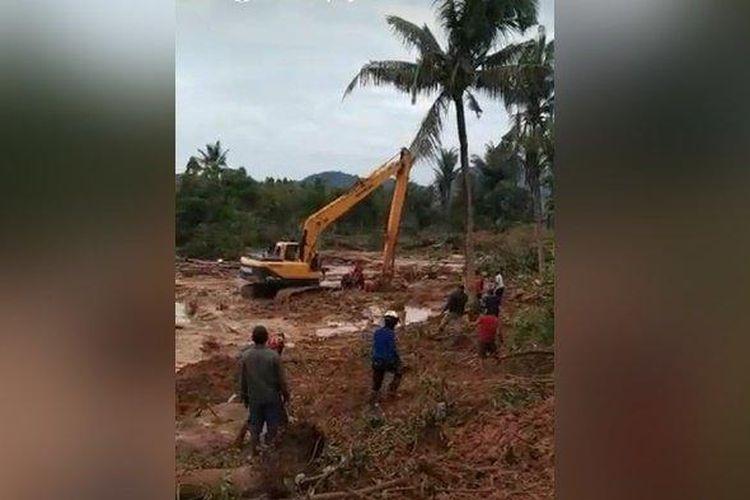 Saat pencarian seorang bocah yang tertimpa longsoran lereng gunung di Gunungbesar, Kecamatan Pelaihari, Kabupaten Tanah Laut (Tala), Kalimantan Selatan (Kalsel), Sabtu (16/1/2021) sore.