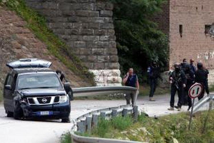 Polisi Kosovo dan personel EULEX mengamankan lokasi penembakan terhadap dua kendaraan EULEX yang mengakibatkan satu personel misi itu tewas.