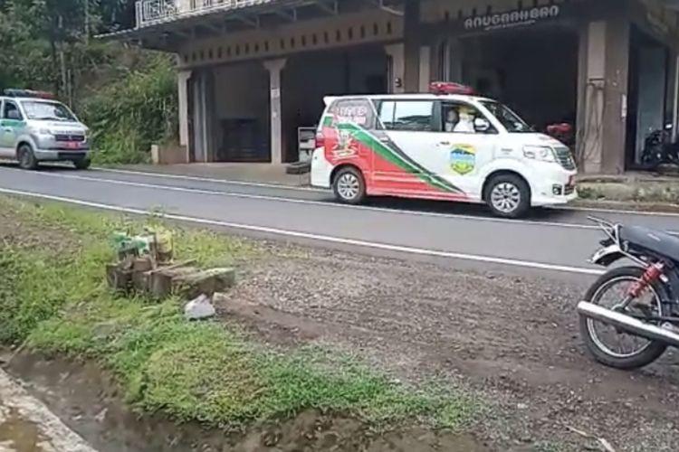 Belasan ambulans konvoi menjemput 47 warga terpapar Covid-19 dari klaster sebuah sanggar senam di Kecamatan Puspahiang, Kabupaten Tasikmalaya, Kamis (11/3/2021).
