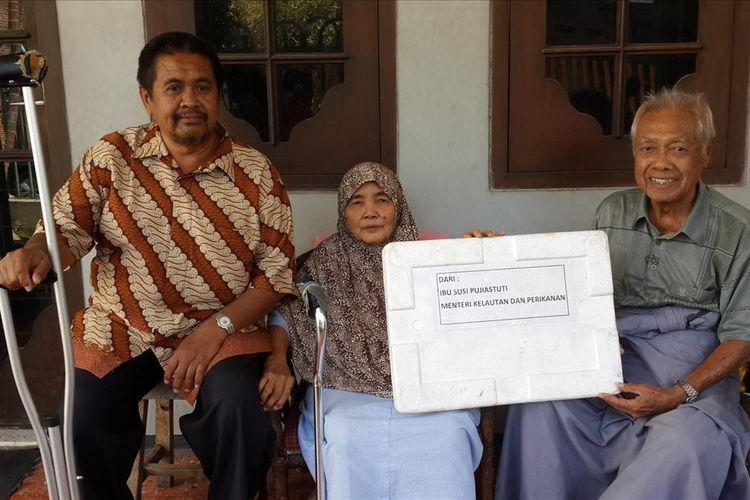 Ivan Muchtar bersama kedua orang tuanya yang menerima kiriman 4 ekor ikan cakalang dari Menteri Kelautan dan Perikanan Susi Pudjiastuti saat ditemui di rumahnya di Kota Malang, Selasa (2/7/2019)