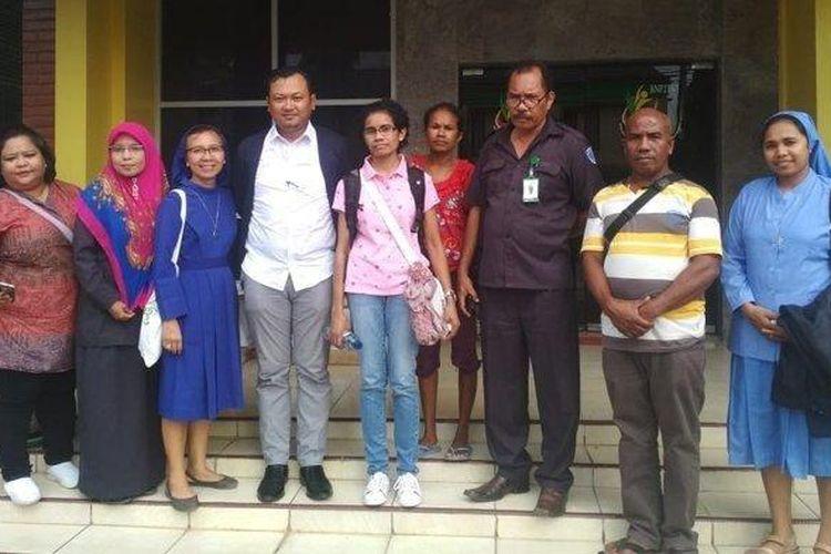 Yuliana Misa (baju merah muda) bersama petugas BP3TKI, KBRI, dan para suster di Kantor BP3TKI Kupang, Senin (25/3/2019).