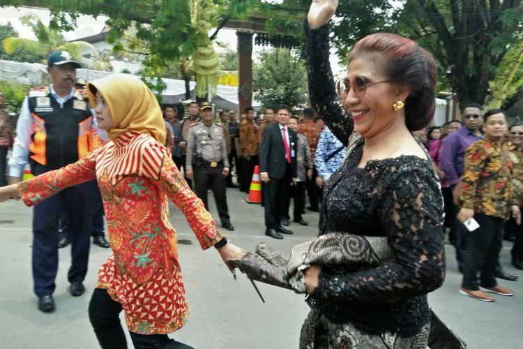 Menteri Kelautan dan Perikanan Susi Pudjiastuti saat menghadiri pernikahan putri Presiden Joko Widodo, Kahiyang Ayu dan Bobby Nasution di Solo, Rabu (8/11/2017).