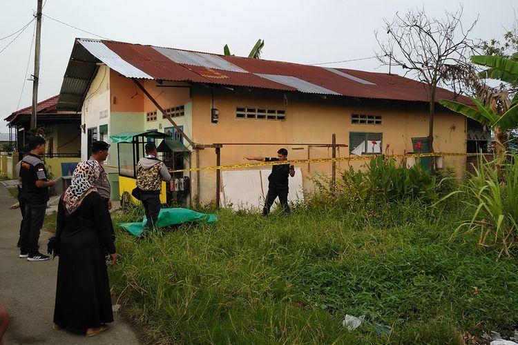 Suasana saat polisi memasang garis polisi di rumah kontrakan Rabbial, pelaku bom bunuh diri di Polrestabes Medan dan istrinya, Dewi di Gang Melati, Kelurahan Tanah 600, Kecamatan Medan Marelan, Rabu sore tadi (13/11/2019).