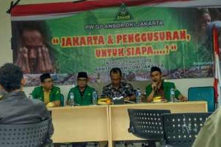 Pengamat perkotaan Yayat Supriatna (ketiga dari kiri) dalam sebuah diskusi di Kantor PWNU DKI Jakarta, Jalan Utan Kayu, Jakarta Timur, Kamis (21/4/2016).