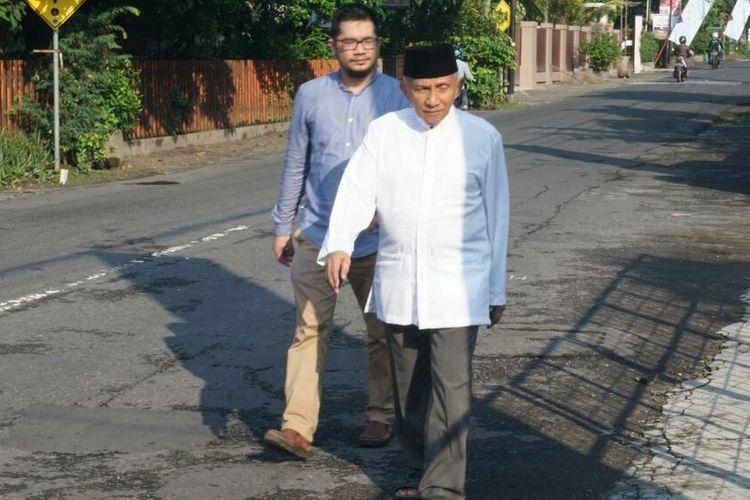 Ketua Dewan Kehormatan PAN Amien Rais berjalan kaki menuji TPS 123 untuk menggunakan hak pilihnya