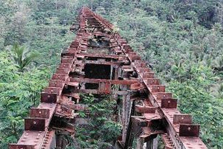 Rel lama yang melintasi jurang di wilayah Kabupaten Pangandaran pernah beroperasi pada masa kolonial, dan kini sudah terhenti menjadi besi tua di antara monumen yang tersisa dari warisan sejarah kereta api.