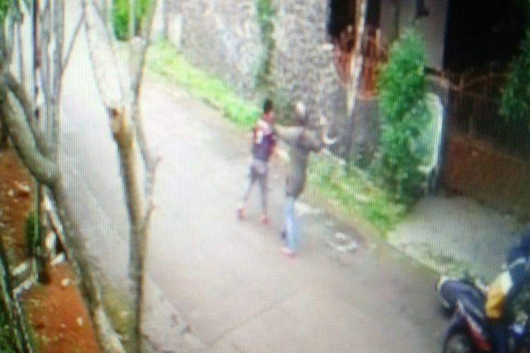Adegan percobaan pembegalan oleh seorang pria di Cinere, Depok, Jawa Barat terhadap bocah berusia 12 tahun menggunakam celurit terekam CCTV, Jumat (31/1/2020).