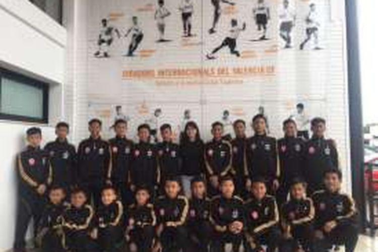 Anak-anak rusun mendapatkan pelatihan langsung di markas Valencia, Ciutat Esportiva Valencia, pada Senin (5/12/2016).
