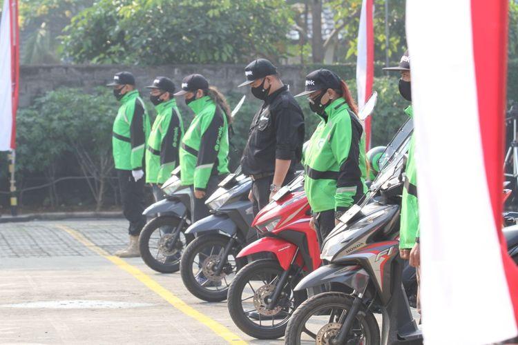 Upacara Bendera Peringatan Hari Kemerdekaan ke-75 RI dilakukan Gojek di kantor operasional Kemang Timur, Jakarta. Upacara ini dihadiri secara terbatas serta diikuti oleh mitra driver Gojek Jempolan yang menginspirasi selama pandemi Covid-19 menyesuaikan dengan protokol kesehatan, kebersihan dan keamanan (J3K).