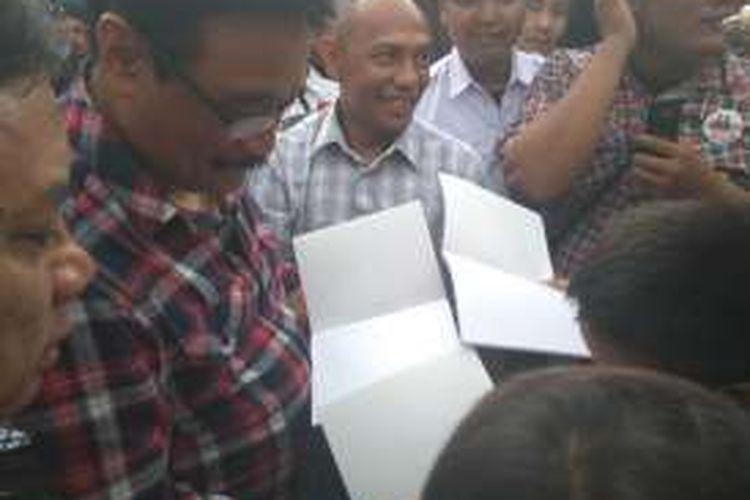 Calon wakil gubernur DKI Jakarta Djarot Saiful Hidayat blusukan ke Gang Kancil, Ragunan, Pasar Minggu, Jakarta Selatan, Selasa (15/11/2016).