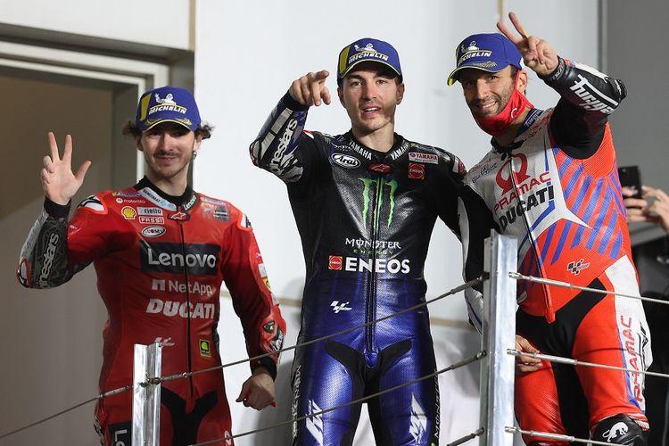 Pebalap Monster Energy Yamaha Maverick Vinales (tengah), pebalap Pramac Racing Johann Zarco (kanan), dan pebalap Ducati Francesco Bagnaia merayakan podium MotoGP Qatar 2021 di Losail International Circuit, Lusail, pada 28 Maret 2021.