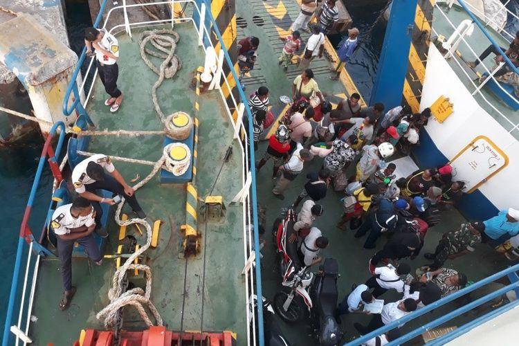 Suasana geladak kapal Kasuari Pasific IV sebelum bertolak dari Pelabuhan Biak ke Pelabuhan Manokwari.