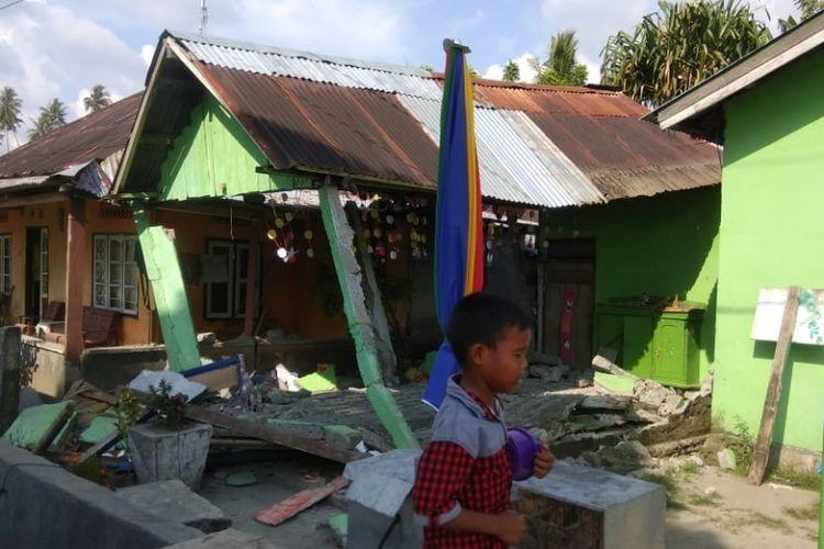 Rangkaian gempa bumi mengguncang Kabupaten Donggala, Sulawesi Tengah, Jumat (28/9/2018). Puncaknya, gempa bermagnitudo 7,7 pada pukul 18.02 Wita. Kepala Pusat Data Informasi dan Humas BNPB Sutopo Purwo Nugroho mengatakan bahwa gempa pertama yang bermagnitudo 5,9 telah menyebabkan 1 orang tewas dan 10 orang luka-luka. Puluhan rumah rusak.