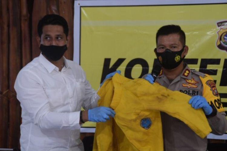 Kapolres Baubau, AKBP Zainal Rio Candra Tangkari, memperlihatkan baju jas almamater yang dikenakan mahasiswa yang tidak tersobek pada lengan kiri baju tersebut.