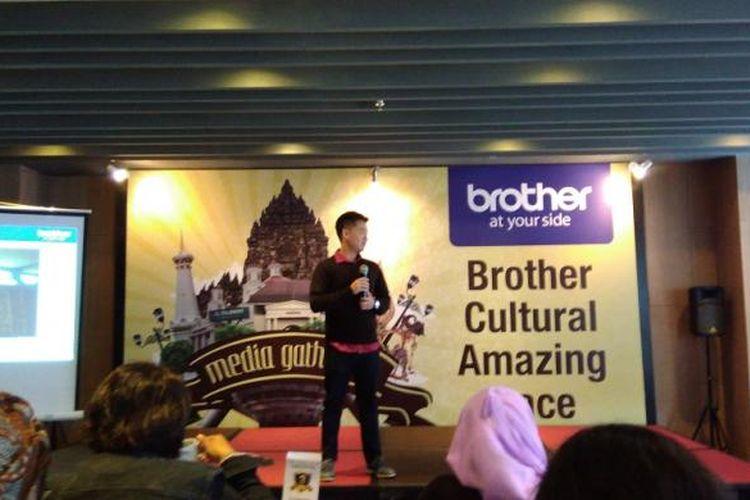 Digital Marketing dan Public Relation Executive Brother Indonesia Andre Arlis saat memberikan update marketing Brother di acara Media Gathering Brother Cultural Amazing Race, di Hotel The101, Yogyakarta, Jumat (10/3/2017).