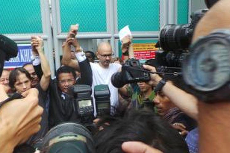 Ferdinand Tjiong (kiri),  pengacaranya Hotman Paris Hutapea (tengah), dan Neil Bantleman (kanan) usai dibebaskan dari Rutan Cipinang, Jakarta Timur. Jumat (14/8/2015).