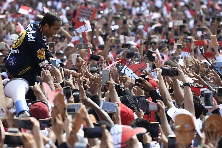 Calon Presiden petahana Joko Widodo menyapa pendukungnya saat menghadiri Deklarasi Alumni Jogja Satukan Indonesia di Stadion Kridosono,Yogyakarta, Sabtu (23/3/2019). Jokowi mengajak seluruh pendukungnya untuk mengawal proses Pemilu 2019 dan menggunakan hak pilih untuk masa depan Indonesia. ANTARA FOTO/Puspa Perwitasari/foc.