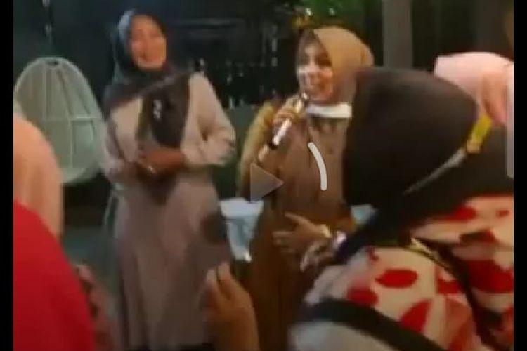 Tangkapan layar, video istri Wali Kota Bima, Ellya bersama sejumlah wanita bernyanyi dan berjoget di pesta ulang tahun yang digelar di sebuah kafe di Kota Bima.