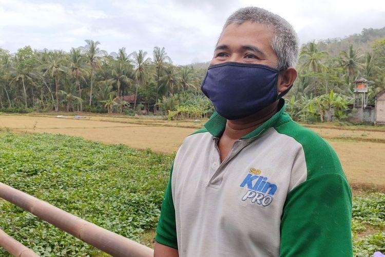 Supriyanto, 47 tahun , warga Tlogolelo, Kalurahan Hargomulyo, Kapanewon Kokap, Kulon Progo, DI Yogyakarta. Ia bercerita, saat merumput di wilayah Karangsewu, Temon, ditegur dan disuruh pulang, dengan alasan daerah tempat dia tinggal sedang terjangkit Covid-19.
