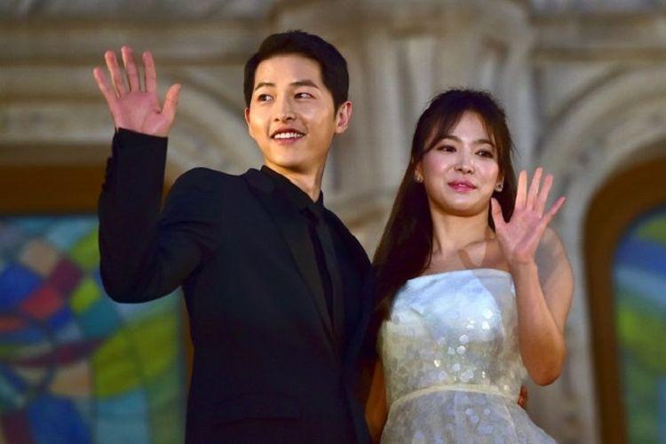Pasangan artis peran dari Korea Selatan Song Joong Ki (kiri) dan Song Hye Kyo berpose di karpet merah acara tahunan BaekSang Art Awards ke-52 di Seoul, pada 3 Juni 2016.